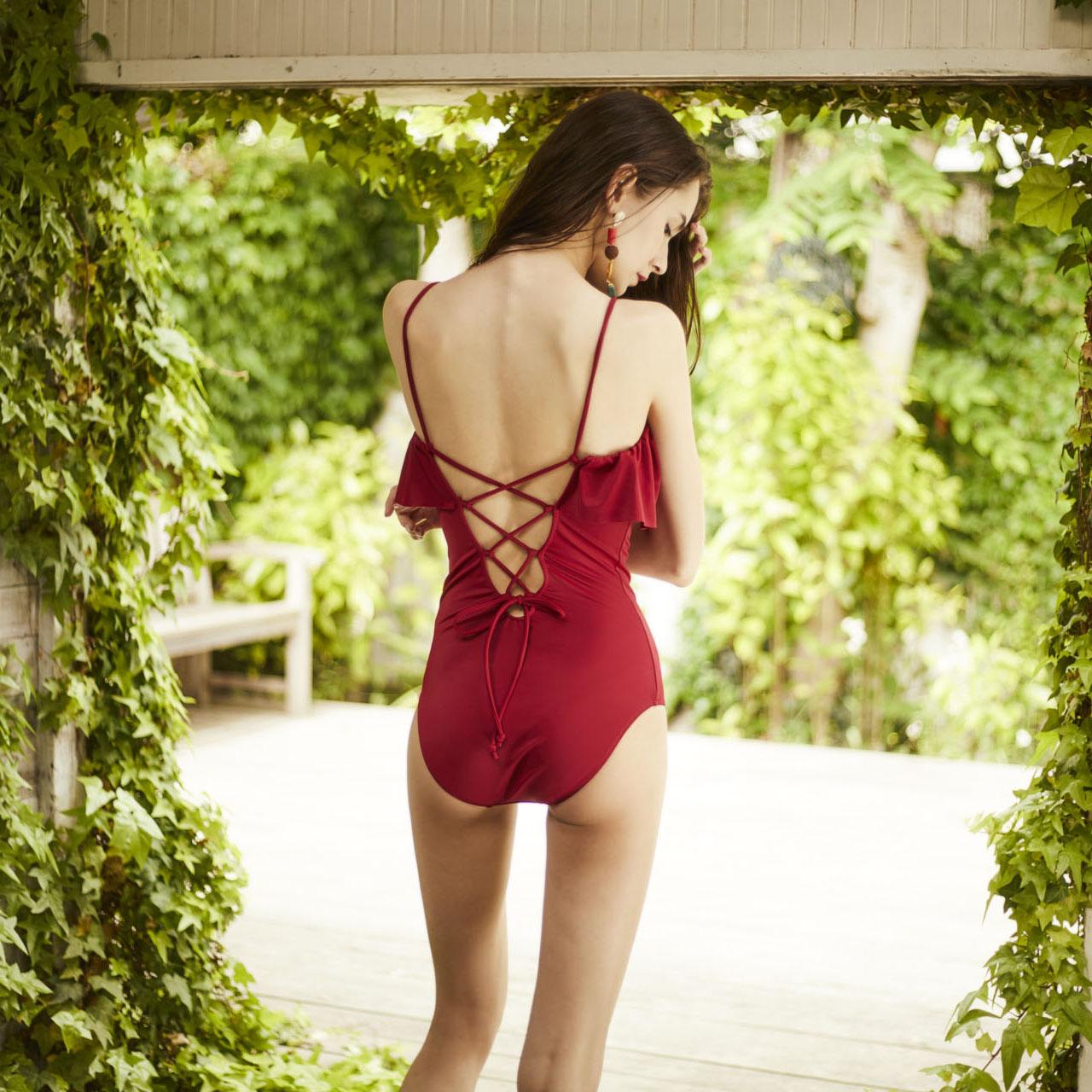 トレンドの赤い水着!大人おしゃれなデザインも!
